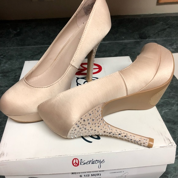 bbe4b422ff81 Olsenboye closed toed champagne sparkle pumps.